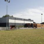 Le terrain de foot et la salle omnisport